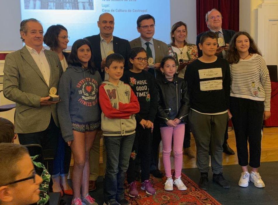 La Mesa del Parlamento de Asturias con los escolares de Oscos-Eo