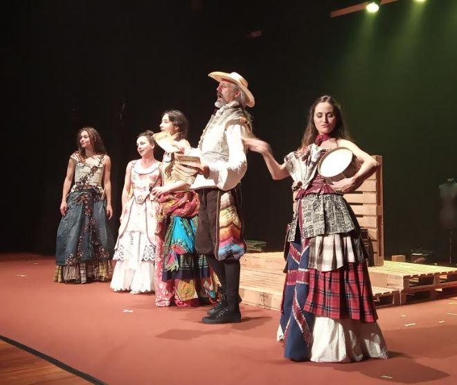 Actuación teatral de la compañía Teatro del Cuervo